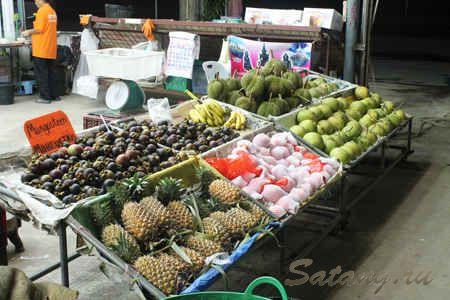 Лавка с фруктами в придорожном рынке на острове в Таиланде